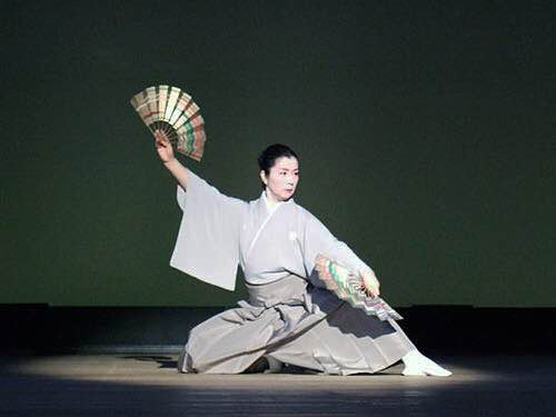 女性の舞手